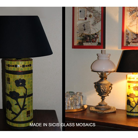 <p>Lamp in Sicis glass mosaics. Lampe en mosaiques de verre Sicis avec incrustation de tesselles d'or et d'argent Bizazza. Travail artisanal soigné. Chaque modèle est unique. Variations de forme et de dim. Possibles d'un mod. à l'autre. livrée avec abat-jour noir.&nbsp; largeur : env. 18 cm. Hauteur totale : env. 50 cm. Réf. 015 410 03</p>